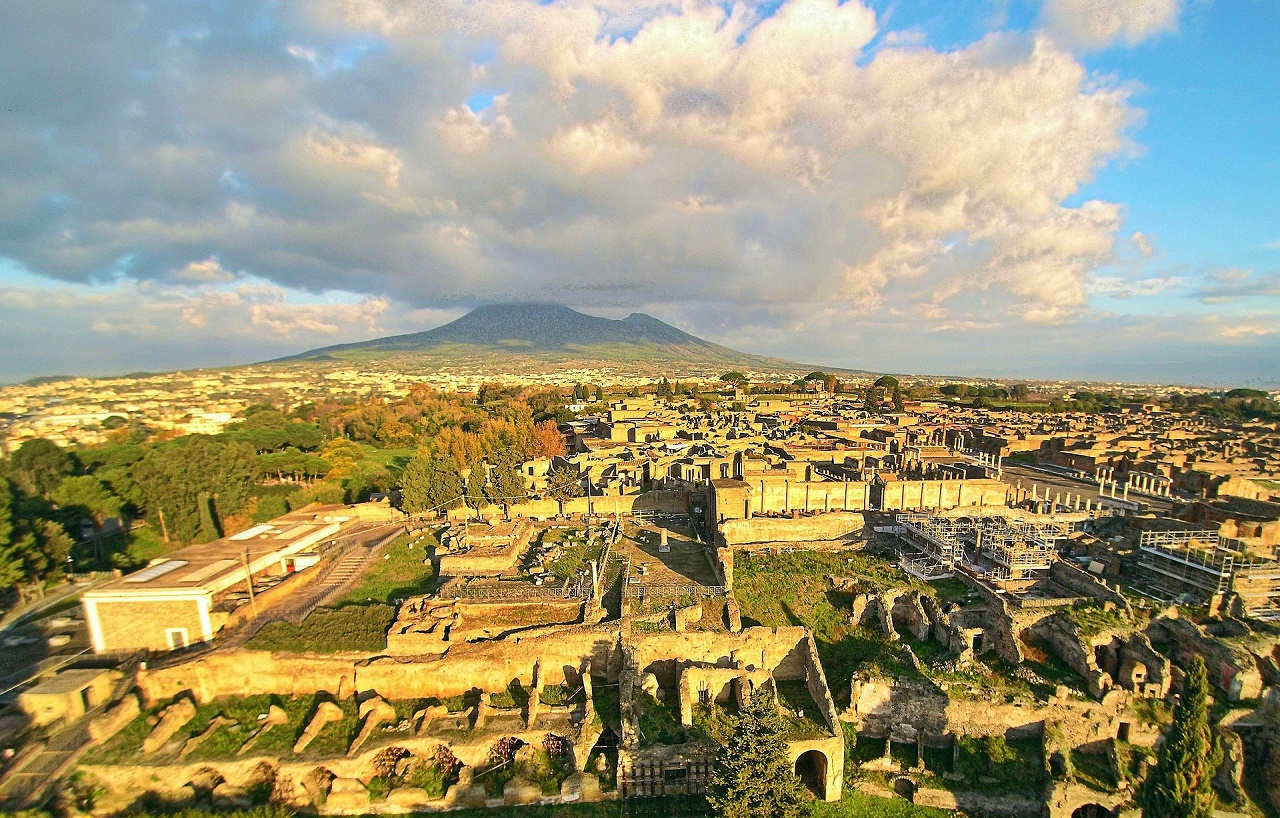 Ruins of Pompeii seen from the above with a drone, with the Vesuvius in the background. Photo credit: ElfQrin / Wikipedia Common